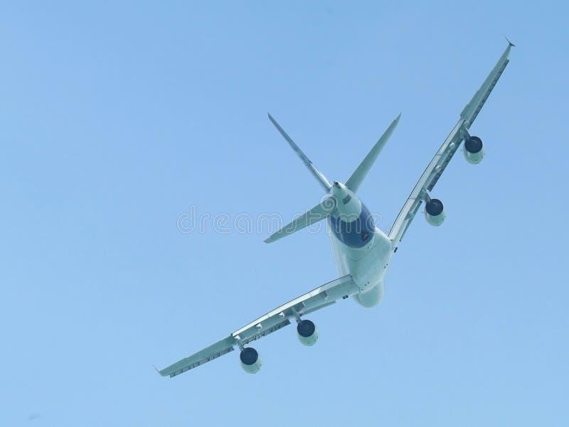 Vol à fuselage large d'avion de ligne photographie stock libre de droits