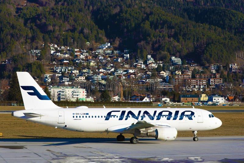 Vol à réaction Finnair à l'aéroport d'Innsbruck INN photos stock