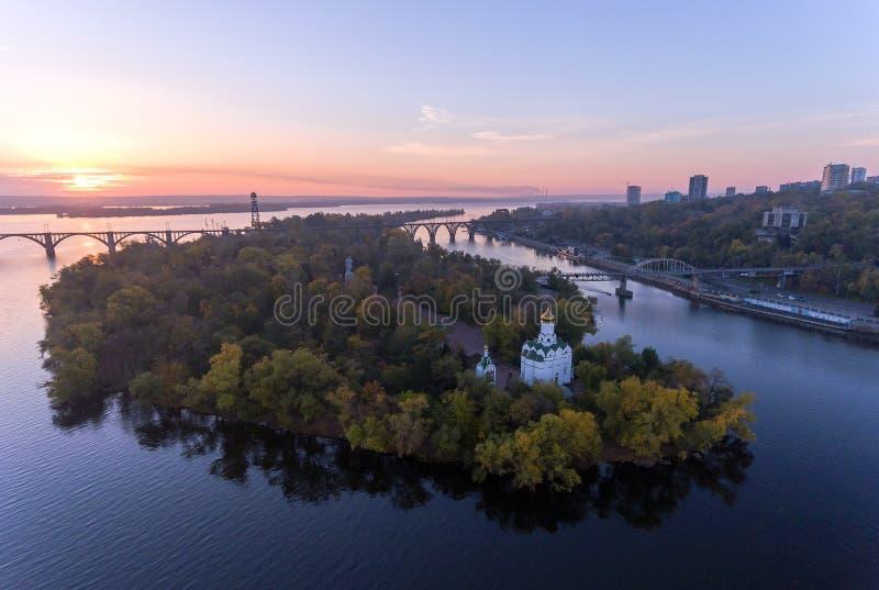 Vol aérien au-dessus de Christian Church ville en île monastique, Dniepr, Ukraine Dnipro, Dniepropetovsk photo stock