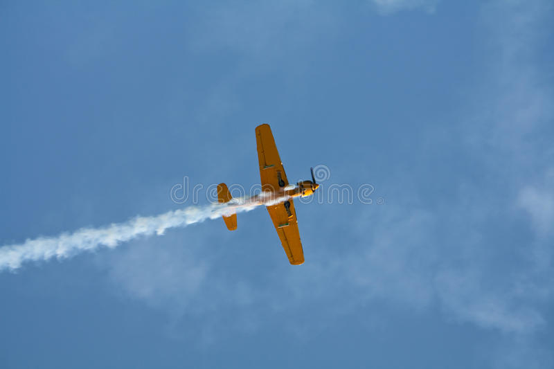 Vol acrobatique aérien d'avion images stock