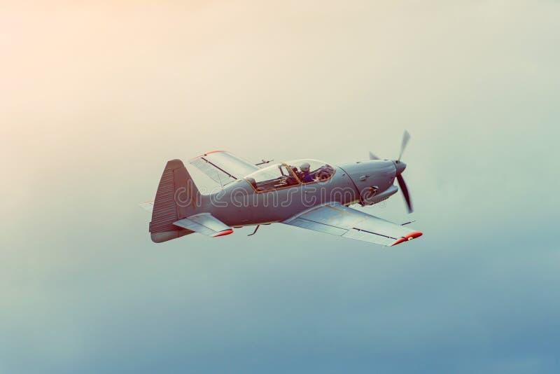 Vol acrobatique aérien d'avions simples de propulseur au-dessus du ciel gris images libres de droits