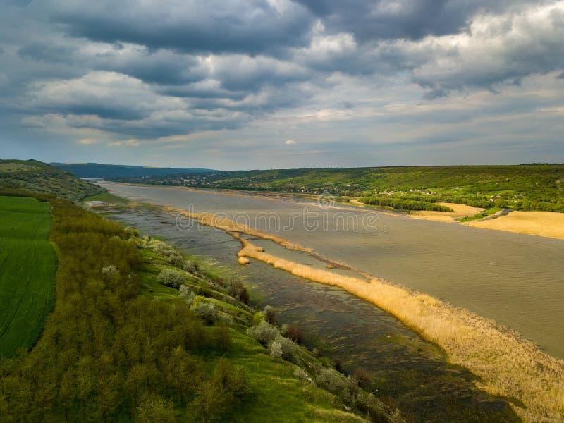 Vol au-dessus de la rivière et de la forêt au printemps photo libre de droits