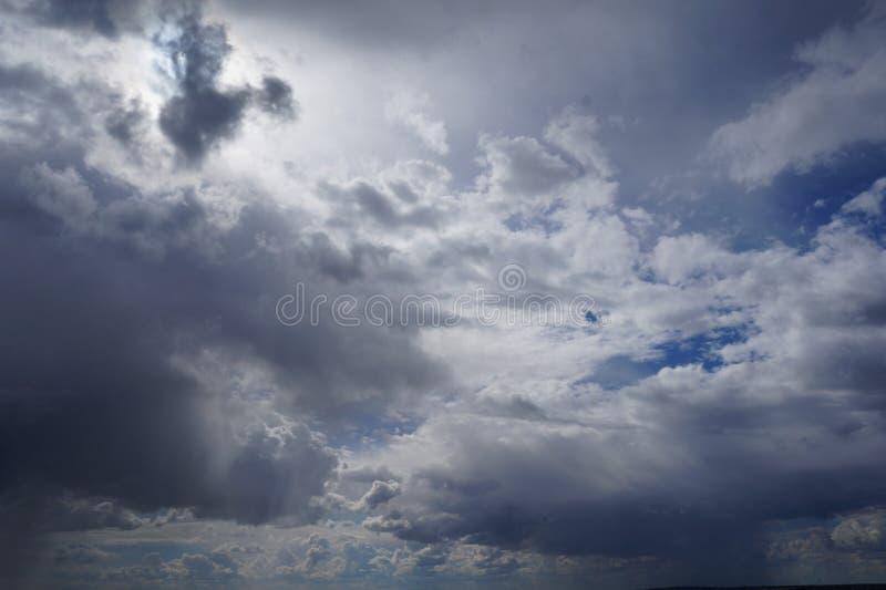 Vol au-dessus des nuages, animation boucle-capable photos libres de droits
