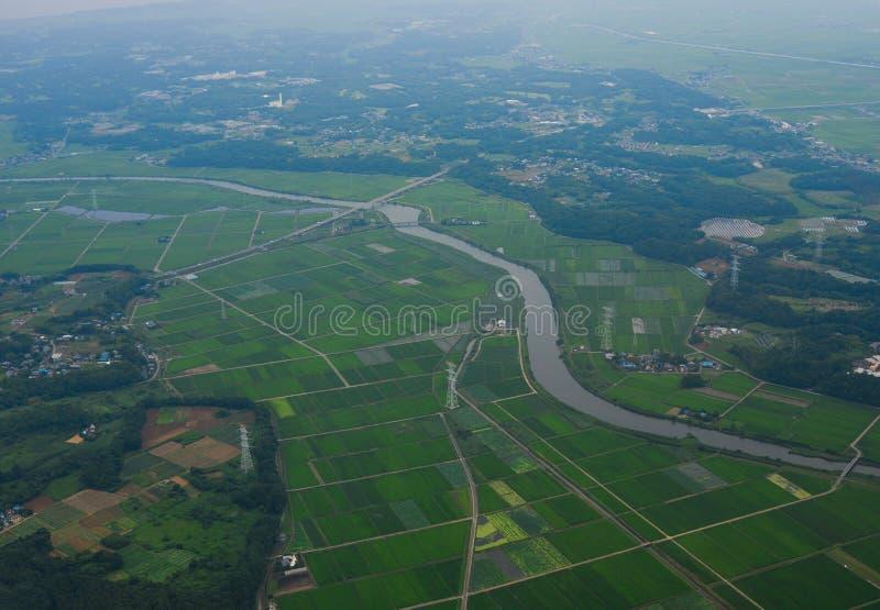 Vol au-dessus du paysage rural dans le jour d'été photos stock