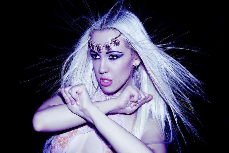 Vol blond de cheveux de regard de fille d'aspirations dans l'espace avec le decorati photos libres de droits