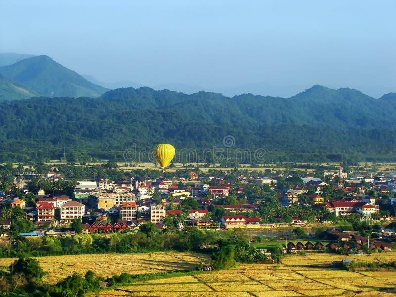 Vol chaud de ballon à air au-dessus de ville de Vang Vieng, province de Vientiane photographie stock