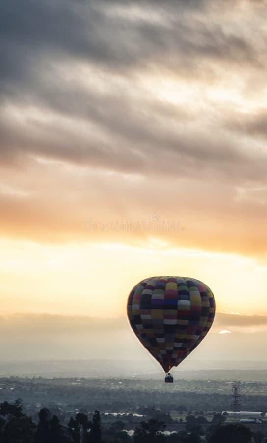 Vol chaud de ballon à air au lever de soleil images libres de droits
