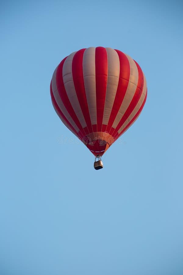 Vol chaud de ballon à air dans le ciel photos stock
