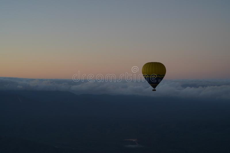 Vol chaud de ballon à air à l'aube image libre de droits