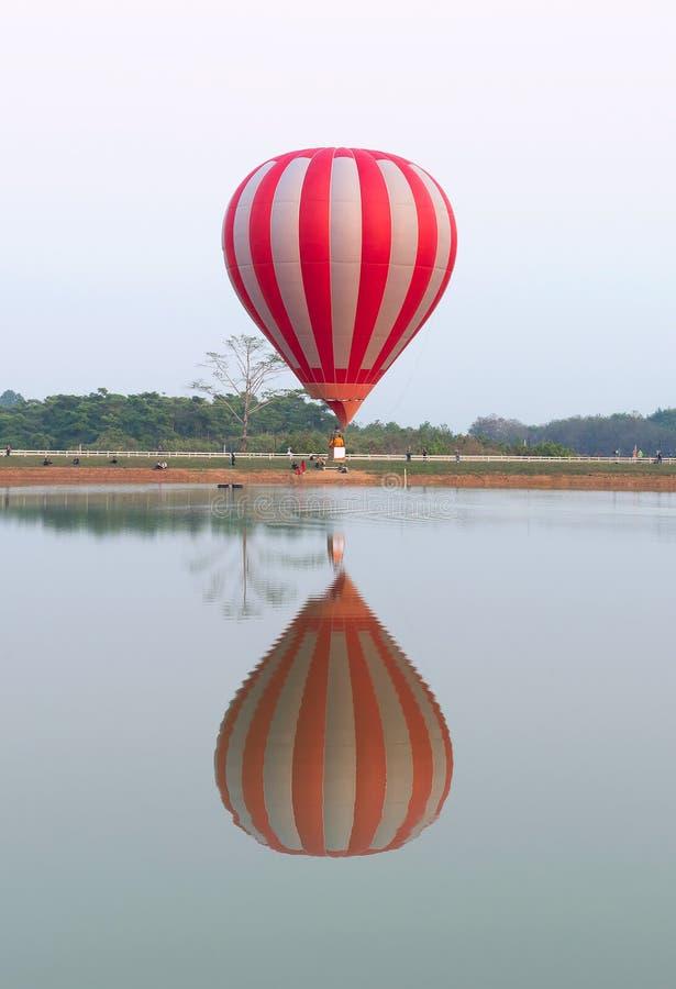 Vol chaud de ballons à air au-dessus de lac photo libre de droits