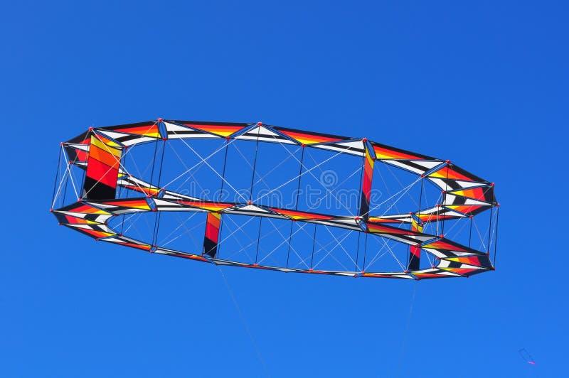 Vol circulaire de cerf-volant dans un ciel bleu photographie stock libre de droits