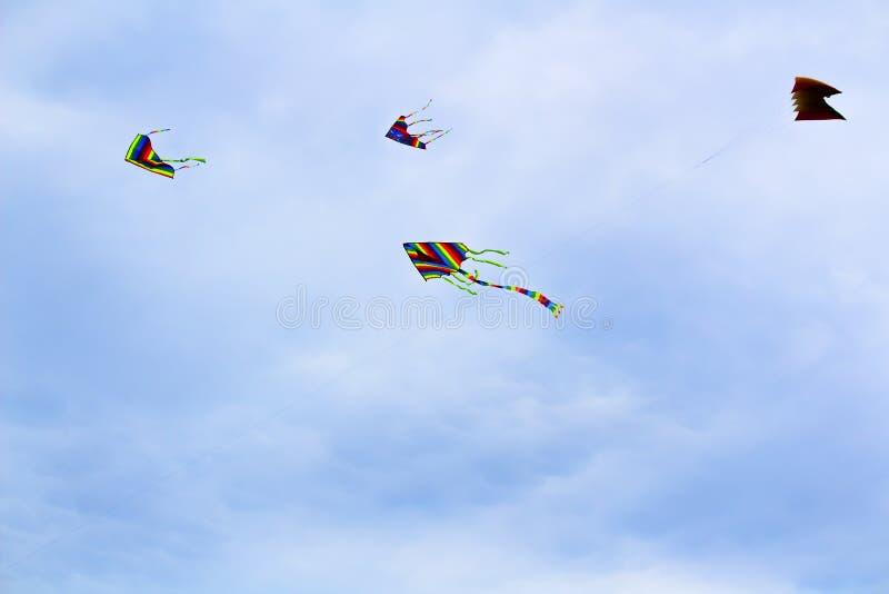 vol color? de cerf-volant en ciel bleu avec des nuages photos stock
