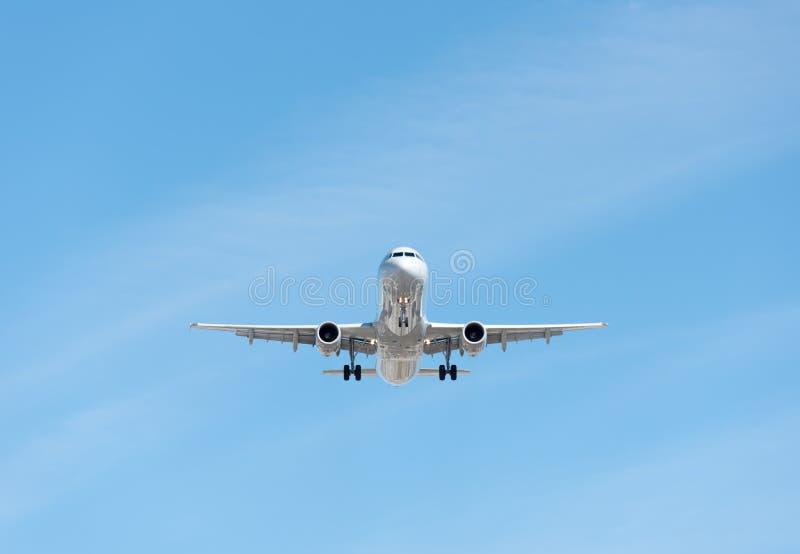 Vol commercial d'avion au ciel bleu, au plein aileron et à la GE d'atterrissage image libre de droits