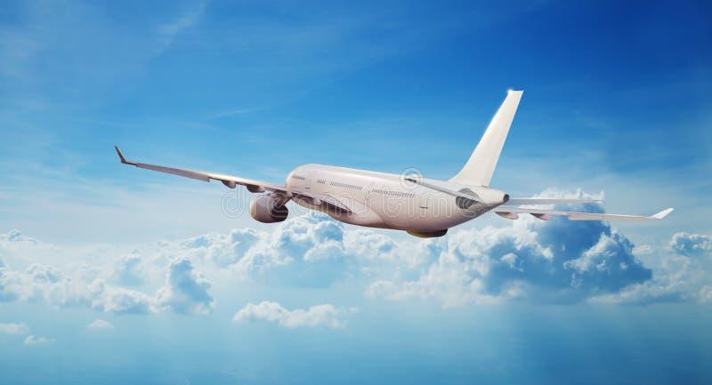 Vol commercial d'avion de ligne à réaction d'avion au-dessus des nuages photos libres de droits