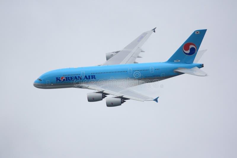 Vol d'Airbus A380 à la fête aérienne de Paris 2011 photo libre de droits
