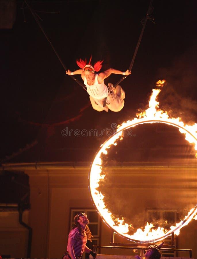 Vol d'artiste de cirque par le cicle d'incendie images libres de droits