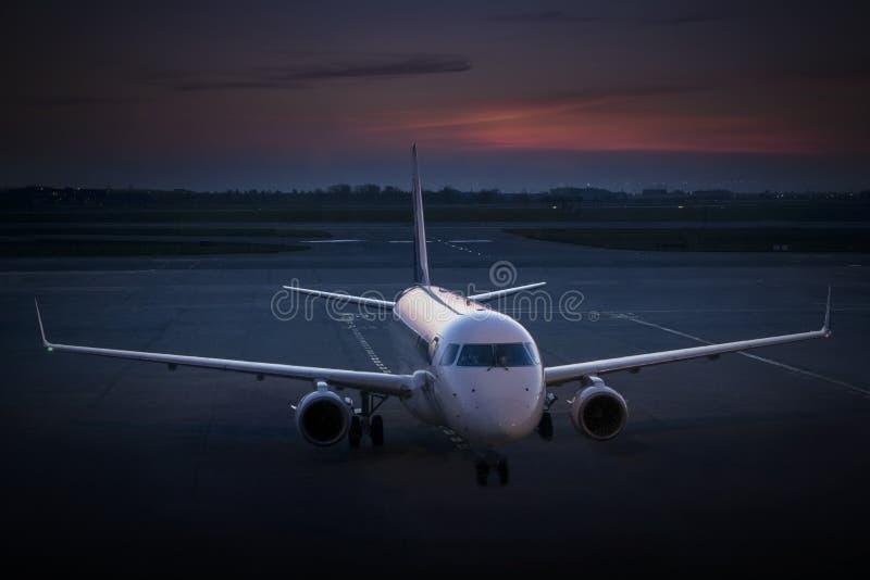 Vol d'aviation d'affaires au crépuscule photographie stock