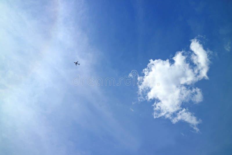 Vol d'avion à travers le ciel bleu vibrant de la région de Cusco, Pérou photos stock