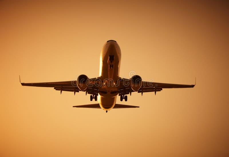 Vol d'avion au coucher du soleil image libre de droits