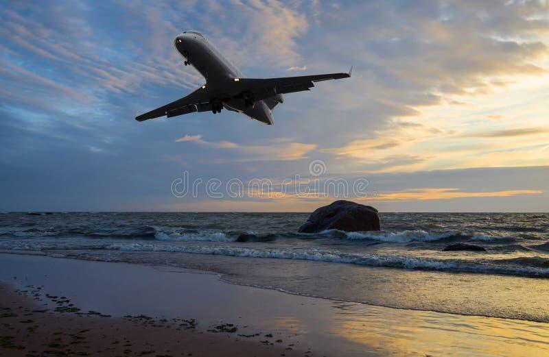 Vol d'avion au-dessus de la mer images libres de droits