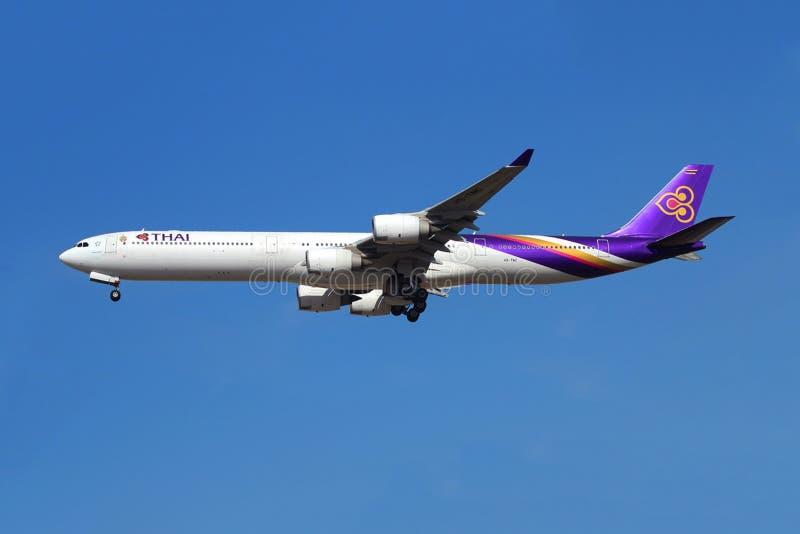 Vol d'avion de Thai Airways photo stock