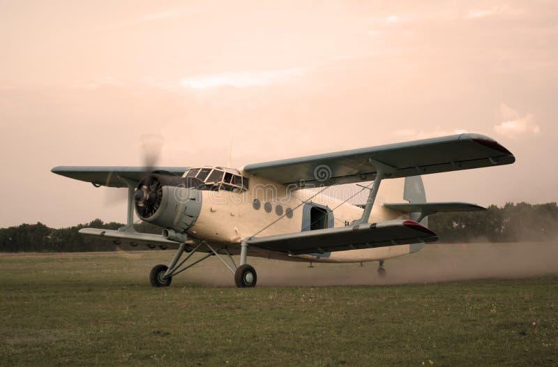 Vol d'avion de vieux type vers le haut image stock