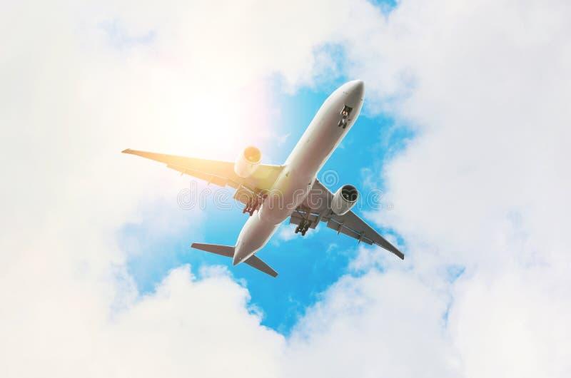 Vol d'avion du ciel du soleil de nuages image libre de droits