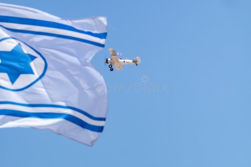 Vol d'avions de cru en ciel bleu avec le drapeau israélien au Jour de la Déclaration d'Indépendance photos stock