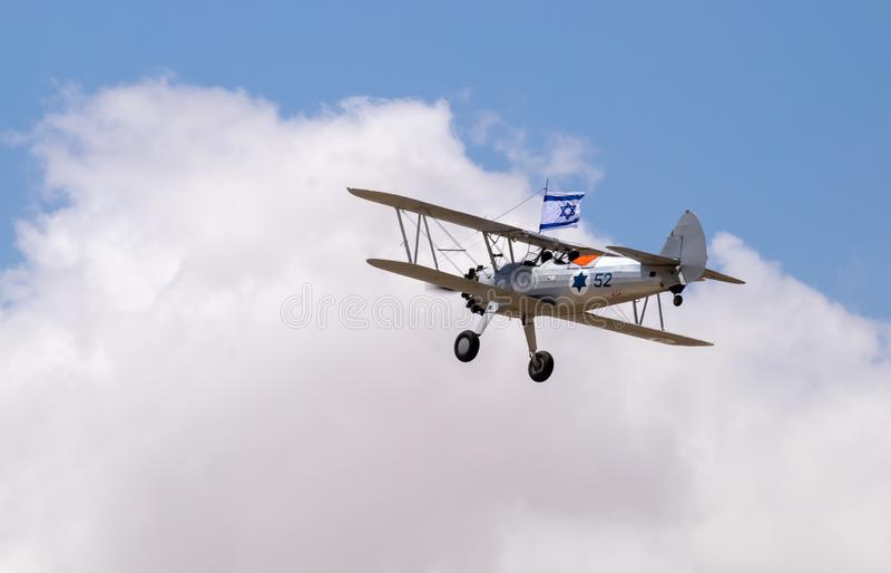 Vol d'avions de cru en ciel bleu avec le drapeau israélien au Jour de la Déclaration d'Indépendance images libres de droits