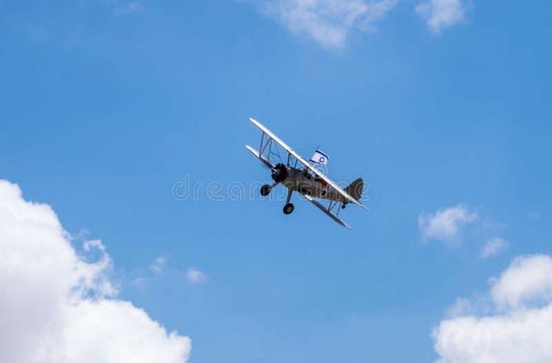 Vol d'avions de cru en ciel bleu avec le drapeau israélien au Jour de la Déclaration d'Indépendance photographie stock