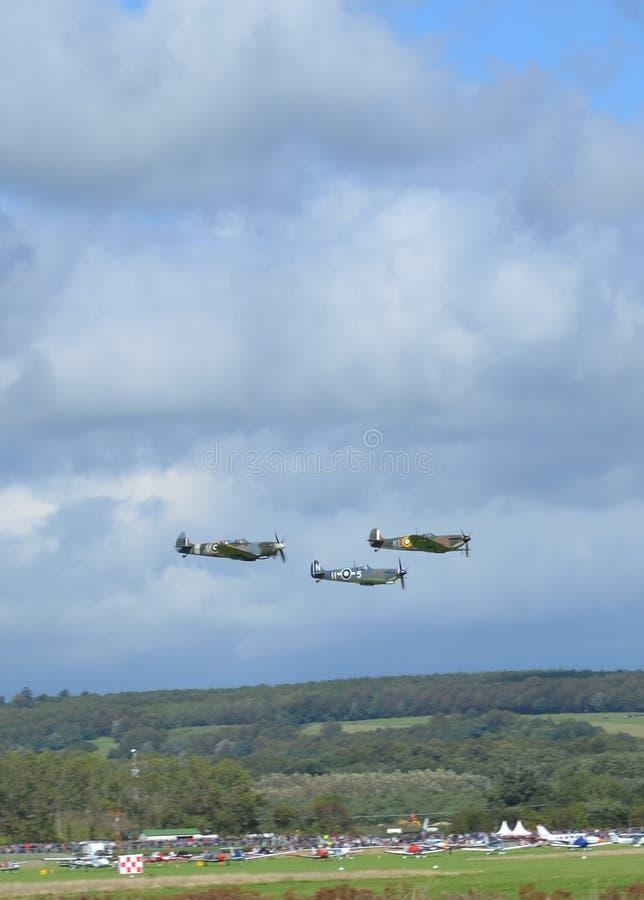 Vol d'avions de tête brûlée dans la formation au-dessus de l'Angleterre du sud photographie stock libre de droits