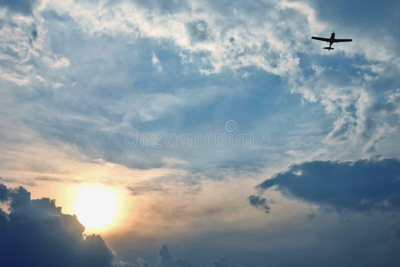 Vol d'avions l?gers dans le ciel au coucher du soleil nature et paysages stup?fiants photo stock