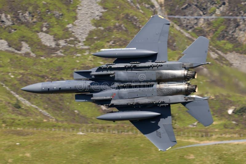 Vol d'Eagle de grève de l'U.S. Air Force F-15E par la boucle de mach images stock