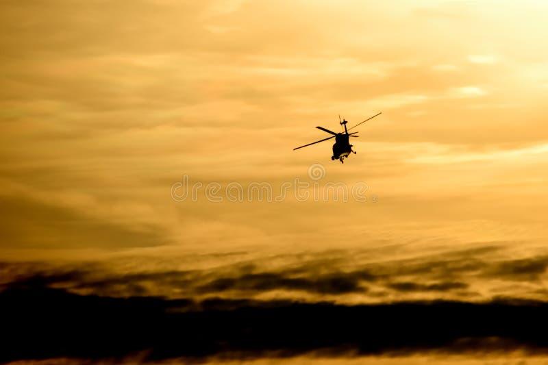 Vol d'hélicoptère au coucher du soleil image libre de droits