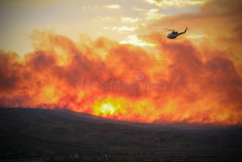 Vol d'hélicoptère au-dessus d'incendie images libres de droits