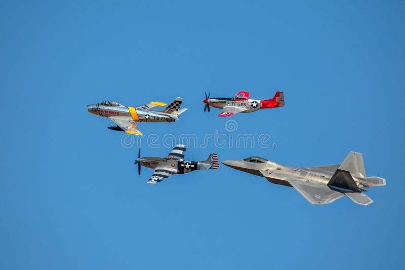 Vol d'héritage d'Armée de l'Air des Etats-Unis de F-22, F-86 sabre, mustang P-51 photographie stock libre de droits