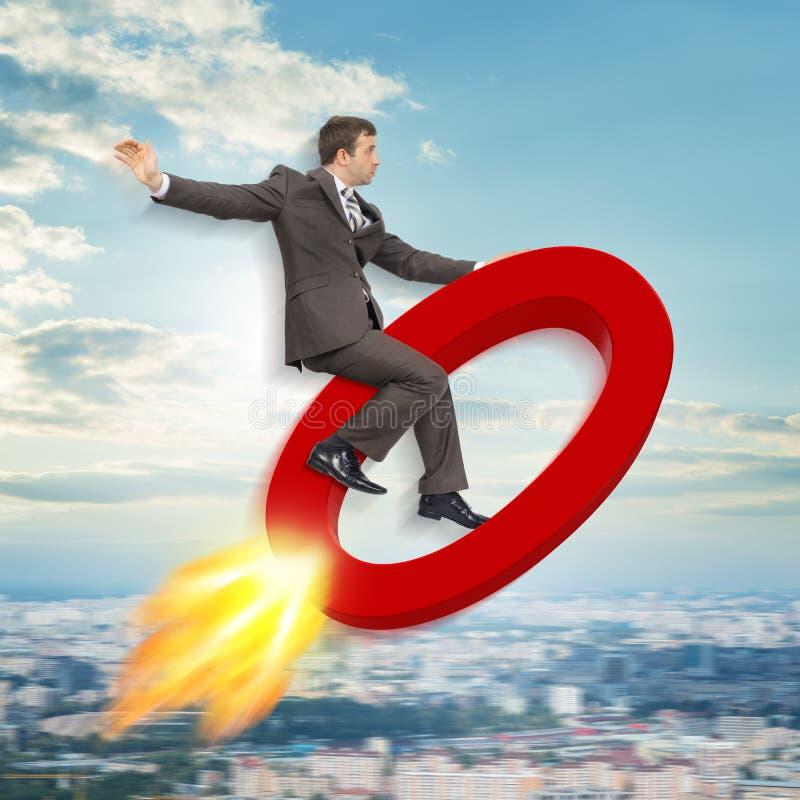 Vol d'homme d'affaires sur le signe zéro images stock