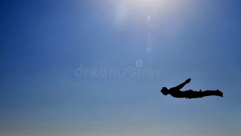 Vol d'homme dans le ciel photo stock