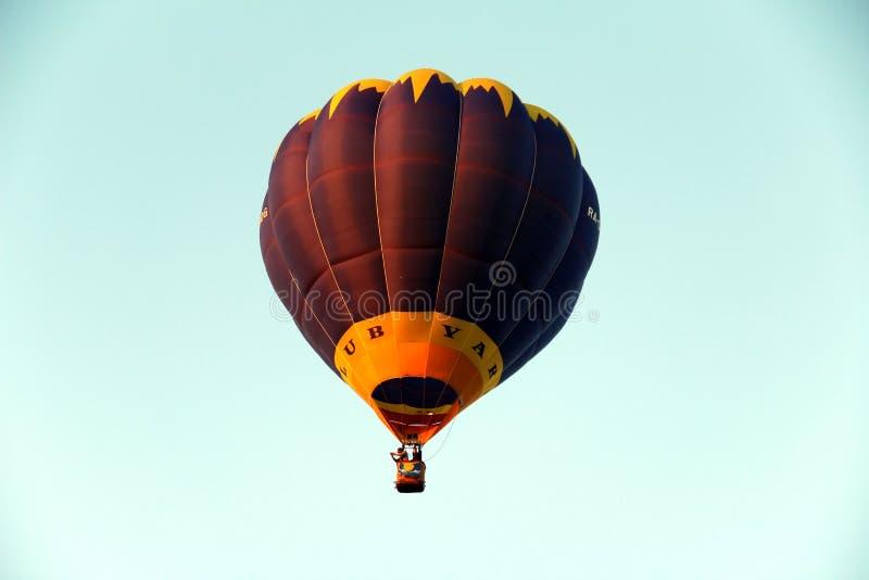 Vol de ballon dans le ciel images stock