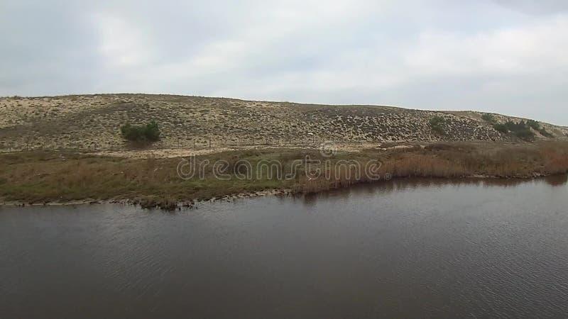 Vol de basse terre sur une rivière clips vidéos