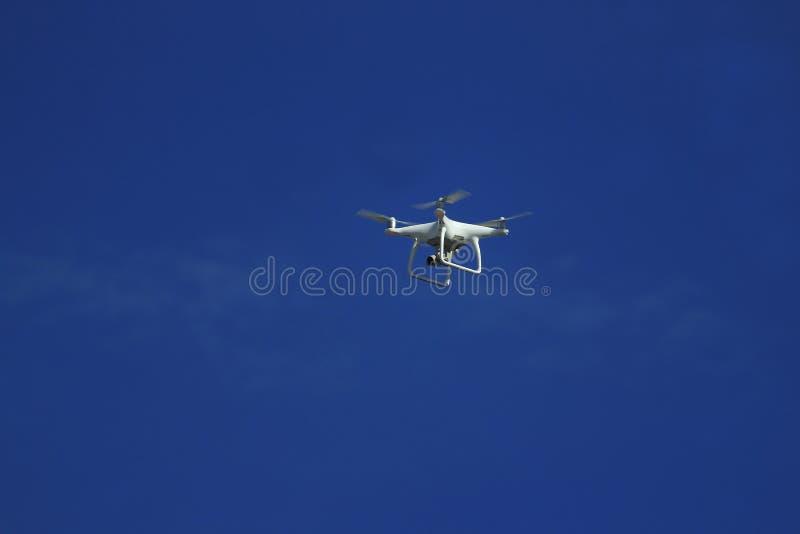 Vol de bourdon avec l'appareil-photo d'action image libre de droits