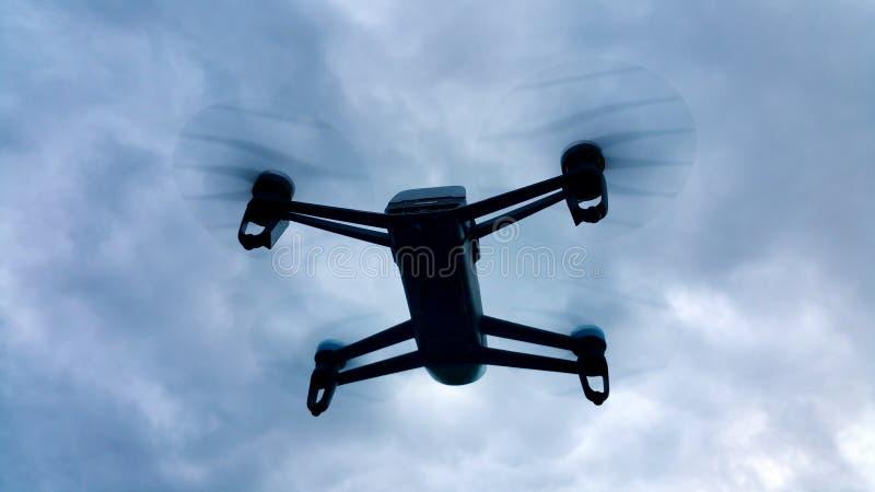 Vol de bourdon d'ombre dans le ciel nuageux photo libre de droits