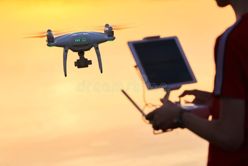 Vol de bourdon pilotage d'hélicoptère au coucher du soleil image libre de droits