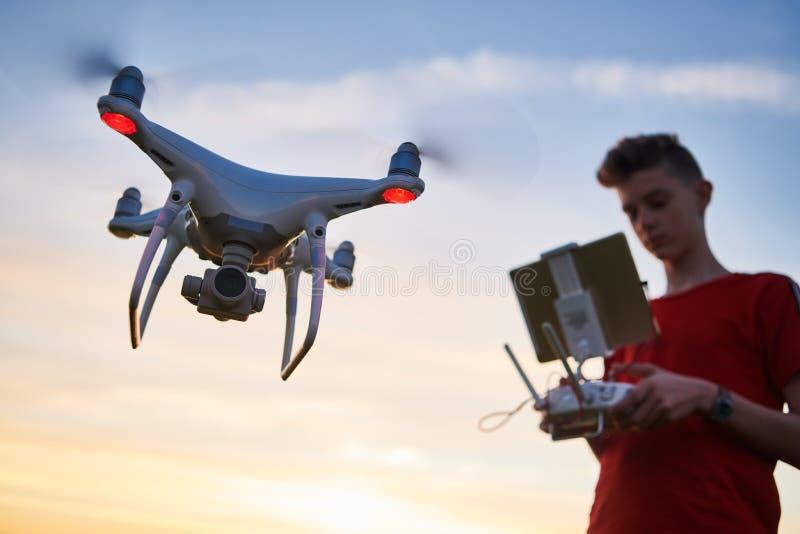 Vol de bourdon pilotage d'hélicoptère au coucher du soleil images stock
