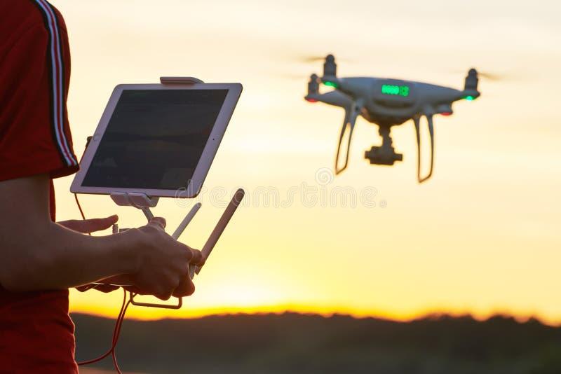 Vol de bourdon pilotage d'hélicoptère au coucher du soleil photo stock