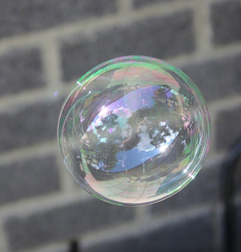 Vol de bulle de savon dans le ciel photographie stock