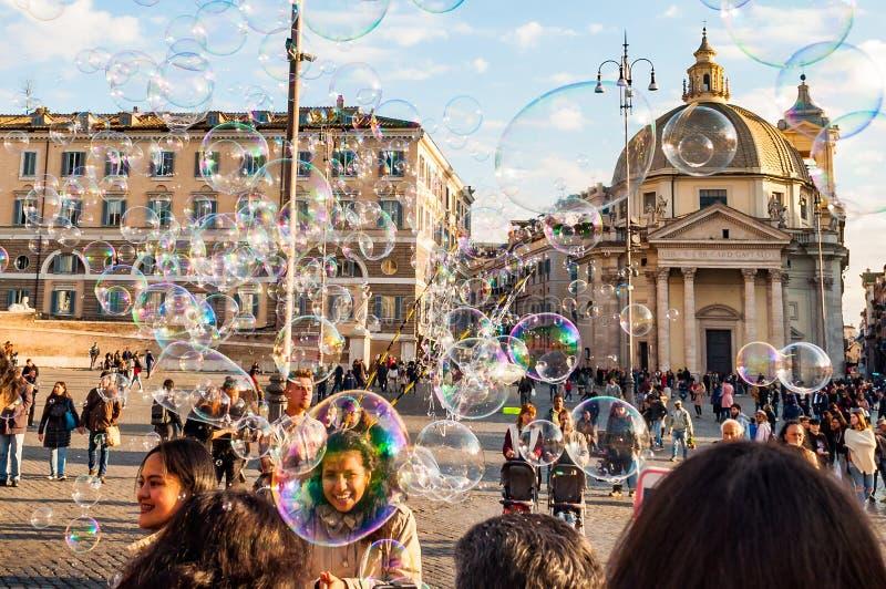 Vol de bulles de savon sur Piazza del Popolo, place de personnes à Rome plein des personnes, des touristes et des gens du pays po images stock