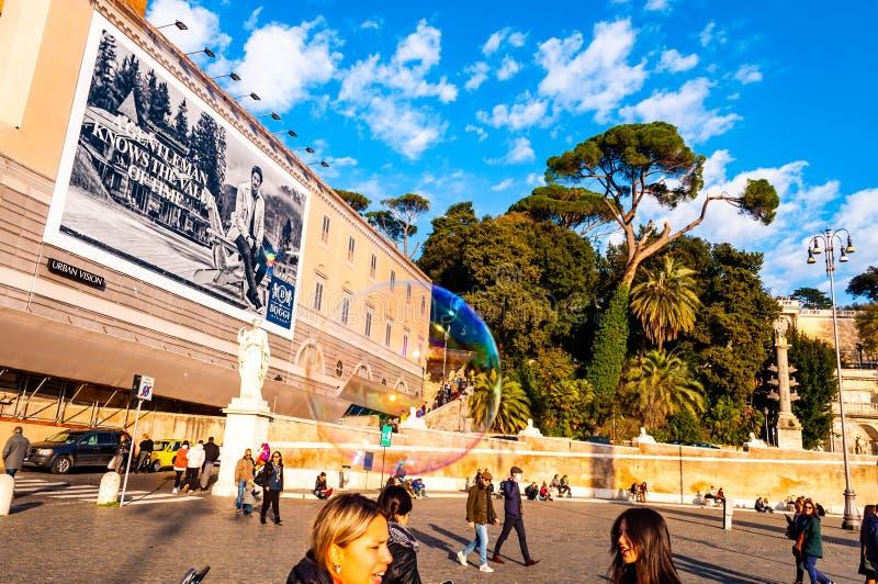 Vol de bulles de savon sur Piazza del Popolo, place de personnes à Rome plein des personnes, des touristes et des gens du pays po photographie stock libre de droits