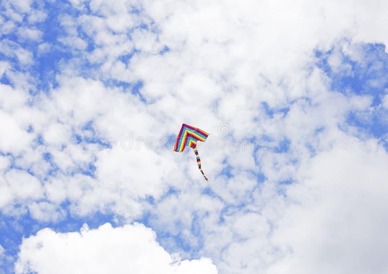 Vol de cerf-volant dans les nuages photo libre de droits