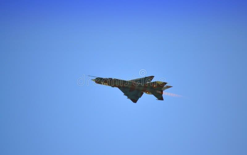 Vol de combattant de MIG 21 image stock